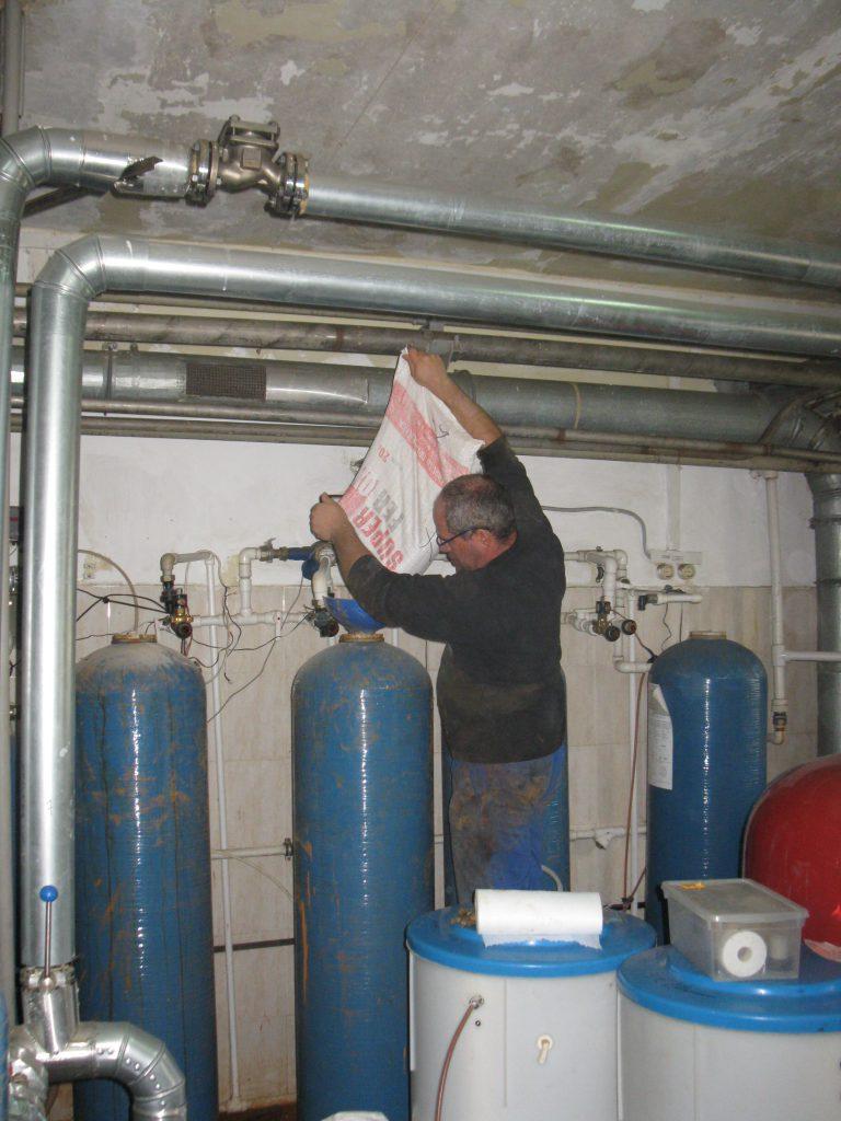 Замена фильтрующего материала в системе очистке воды